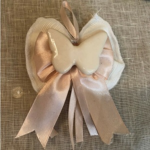 Fiocco-con-sapone-farfalla-porcellana-fondazione-lilli-funaro